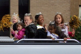 Festival queens in Homecoming Parade